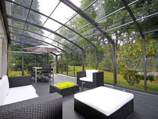 Kényelmes kerti bútor fedve teraszfedéssel