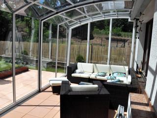 bútorokkal felszerelt terasz fedés CORSO Alukovtól UK