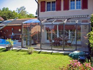 CORSO Solid eltolható teraszfedés az Alukovtól francia vidéki háznál