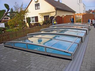 eltolható VIVA medencefedés nagyszerűen illeszkedik a kertje összképébe
