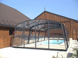 copertura telescopica per la piscina con la parete frontale ribalatabile