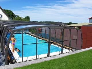 Bambini si divertono le giornate estive sotto la copertura per piscine Omega