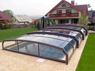 Copertura per piscina Riviera in combinazione con la casa moderna in fondo