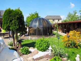 Copertura per piscine circolare – cupola per piscine Orient con policarbonato fumé e profili color marone