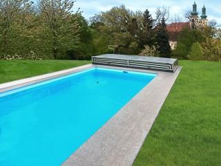 Copertura per piscine completamente aperta dietro la piscina