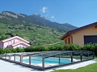 Coperture per piscine scorrevoli Corona con la vista sulle montagne