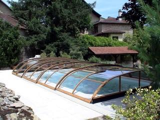 Copertura telescopica per piscine modello Elegant con la finitura profili imitazione legno
