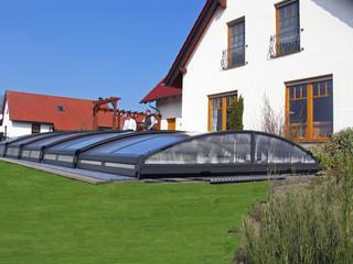 Copertura piscina bassa per piscina con telaio finta legno