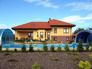 Copertura piscina telescopica per la piscina alta con la porticina frontale scorrevole per passaggio della scaletta