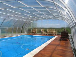 Copertura piscina telescopica per la piscina alta con la porta laterale scorrevole con profili in alluminio e policarbonato fumè