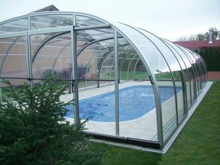 Copertura piscina telescopica per la piscina alta con profili in alluminio e policarbonato con ampia porta frontale
