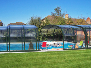 Copertura telescopica per piscina con profili in alluminio e policarbonato trasparente