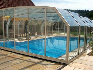 Copertura telescopica per piscina con profili in alluminio in colore legno e policarbonato