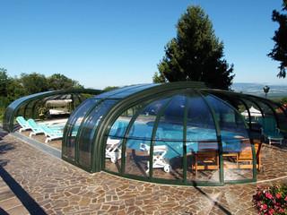 Copertura piscina telescopica lussuosa con profili in alluminio e policarbonato con ampia apertura