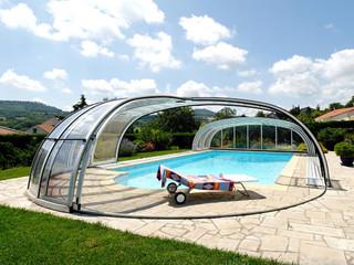 Copertura piscina telescopica lussuosa con profili in alluminio in colore legno e policarbonato