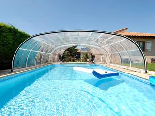 Copertura piscina telescopica lussuosa con profili in alluminio e policarbonato con ampia apertura frontale