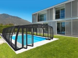 Copertura per piscina con aperte porte pieghevolli