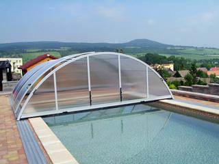 La copertura telescopica bassa in alluminio e policarbonato è la soluzione ideale per coprire la piscina