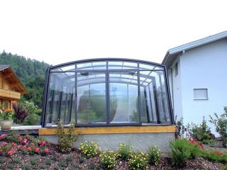 copertura telescopica per piscina con i profili color bianco e policarbonato trasparente come il vetro