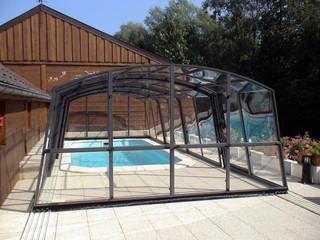copertura telescopica per piscina impacchettata in fondo della piscina