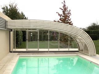 copertura telescopica per piscina in colore legno