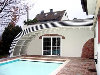 copertura telescopica per piscina addossata impacchettata in fondo della piscina