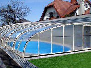 copertura telescopica per la piscina uno specchio d'acqua azzurro