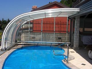 copertura telescopica per la piscina addossata alla parete