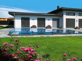 Design moderno di copertura per piscina Terra in combinazione con la villa moderna