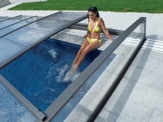 Felice cliente si gode i vantaggi che offre la copertura per piscine Corona