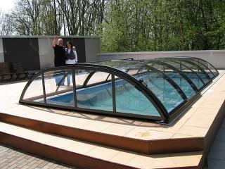Felice cliente si gode la sua nuova copertura piscine Elegant