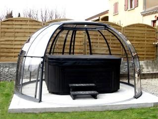 Gazebo per idromassaggio trasparente in forma di semi cupola – modello Orlando – qui in colore nero con idromassaggio nero
