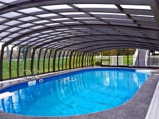 Guarda dentro la copertura per piscina modello Omega