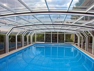 Guarda dentro la copertura per piscine scorrevoli Oceanic Low con telaio in colore bianco