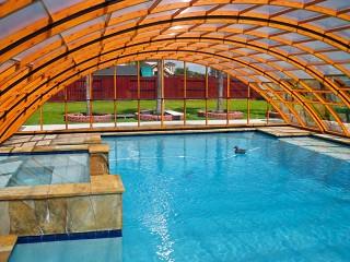 Guarda dentro la copertura piscine Universe NEO in versione legno