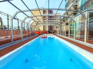 Guardate dentro la copertura per piscine pubblica – qui copertura modello Oceanic High