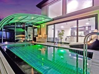 La bella vista notturna con la copertura per piscina telescopica illuminata (modello Style)
