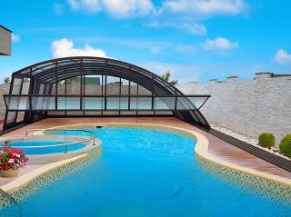 La copertura per piscine modello Ravenna si abbina benissimo con ogni forma di piscina