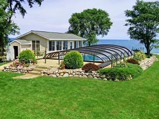 La copertura piscine Elegant con colore telaio bronzo – con la bellissima vista mare