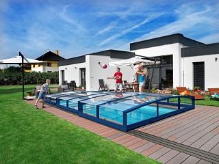 La famiglia si gode la nuova copertura per piscina Viva in colore antracite