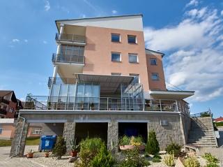La veranda per terrazzo innovativa Corso Glass come la copertura per spazi divisi dei appartamenti in condominio