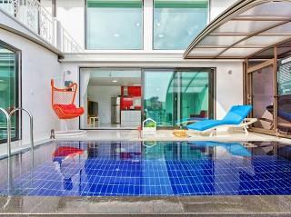 La vista frontale sulla copertura per piscine Style