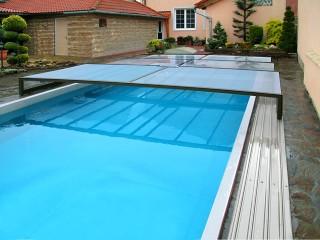 Parzialmente aperta copertura per piscina Terra