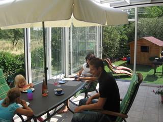 rodina-lubose-zakostelskeho-travi-ted-vice-casu-na-terrazzi-CORSOe-diky-coperture-corso-od-Aquanovau.jpg