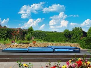 Terra – la copertura per piscina bassissima non rovina mai l'impressione di Vostro giardino