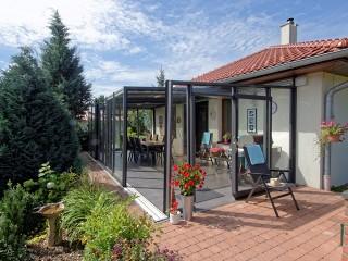 Veranda per patio moderna e apribile modello Corso Glass con la finitura antracite
