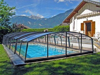 Pool enclosure Venezia in anthracite finish with view on the mountain