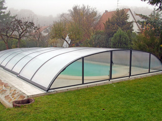 Slenkanti baseino uždanga ELEGANT NEO su dūminiu polikarbonatu