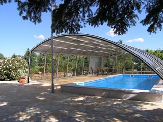 Slenkama uždanga RAVENA apsaugo baseiną nuo vėjo, lietaus ir šiukšlių