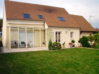 Inovatyviausia konstrukcija  vidiniam kiemui - slenkama terasos uždanga CORSO GLASS su baltais rėmais, derančiais prie Jūsų namo